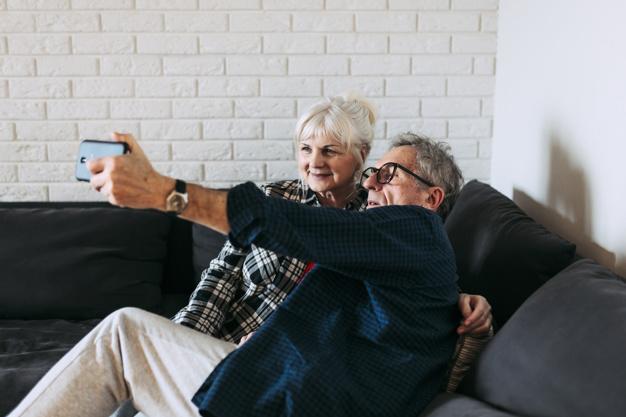 Le partage de photos et de vidéos entre grands-parents et petits-enfants