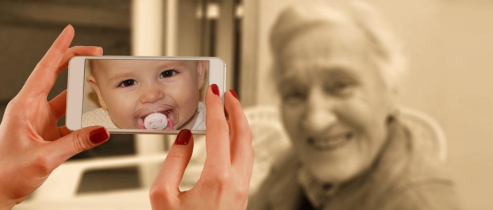 Partager des images entre générations grâce aux nouvelles technologies.